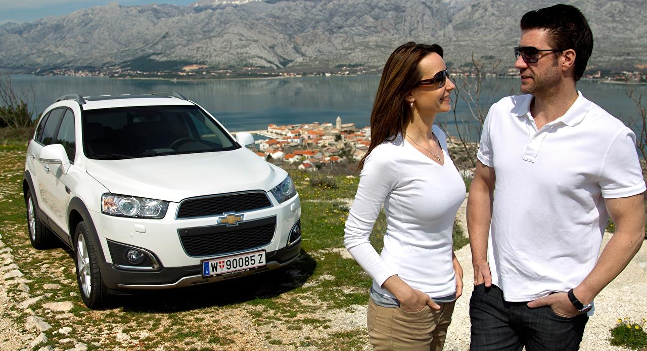 Картинки Chevrolet Мужчины CUV Captiva, 2013 Двое белая авто Руки очков Шевроле мужчина Кроссовер 2 два две Белый белые белых вдвоем Очки рука очках машины машина Автомобили автомобиль