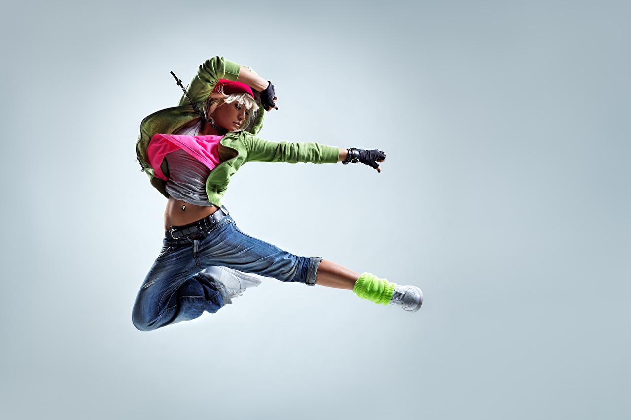 Фотографии блондинок молодая женщина Прыжок джинсов Руки Серый фон блондинки Блондинка девушка Девушки молодые женщины Джинсы прыгает прыгать в прыжке рука сером фоне