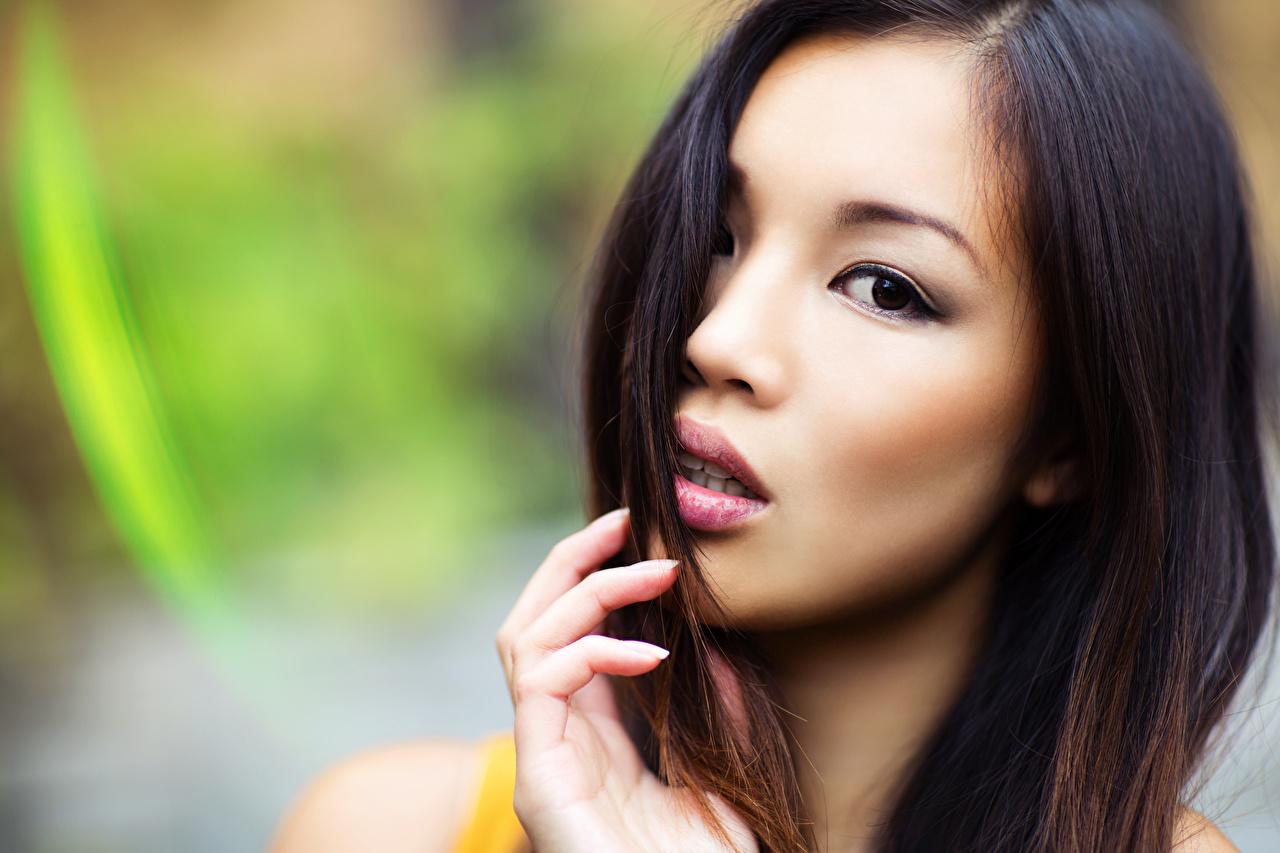 Фотографии Размытый фон Лицо молодые женщины азиатка Пальцы Взгляд боке лица девушка Девушки молодая женщина Азиаты азиатки смотрит смотрят