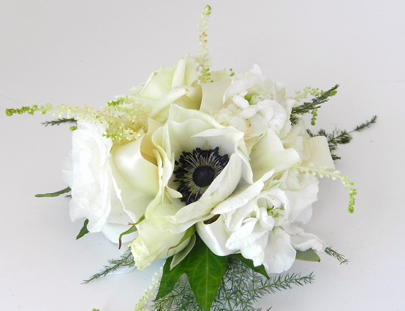 Обои Букеты Розы белая Цветы Левкой Анемоны Серый фон белых белые Белый Маттиола Ветреница