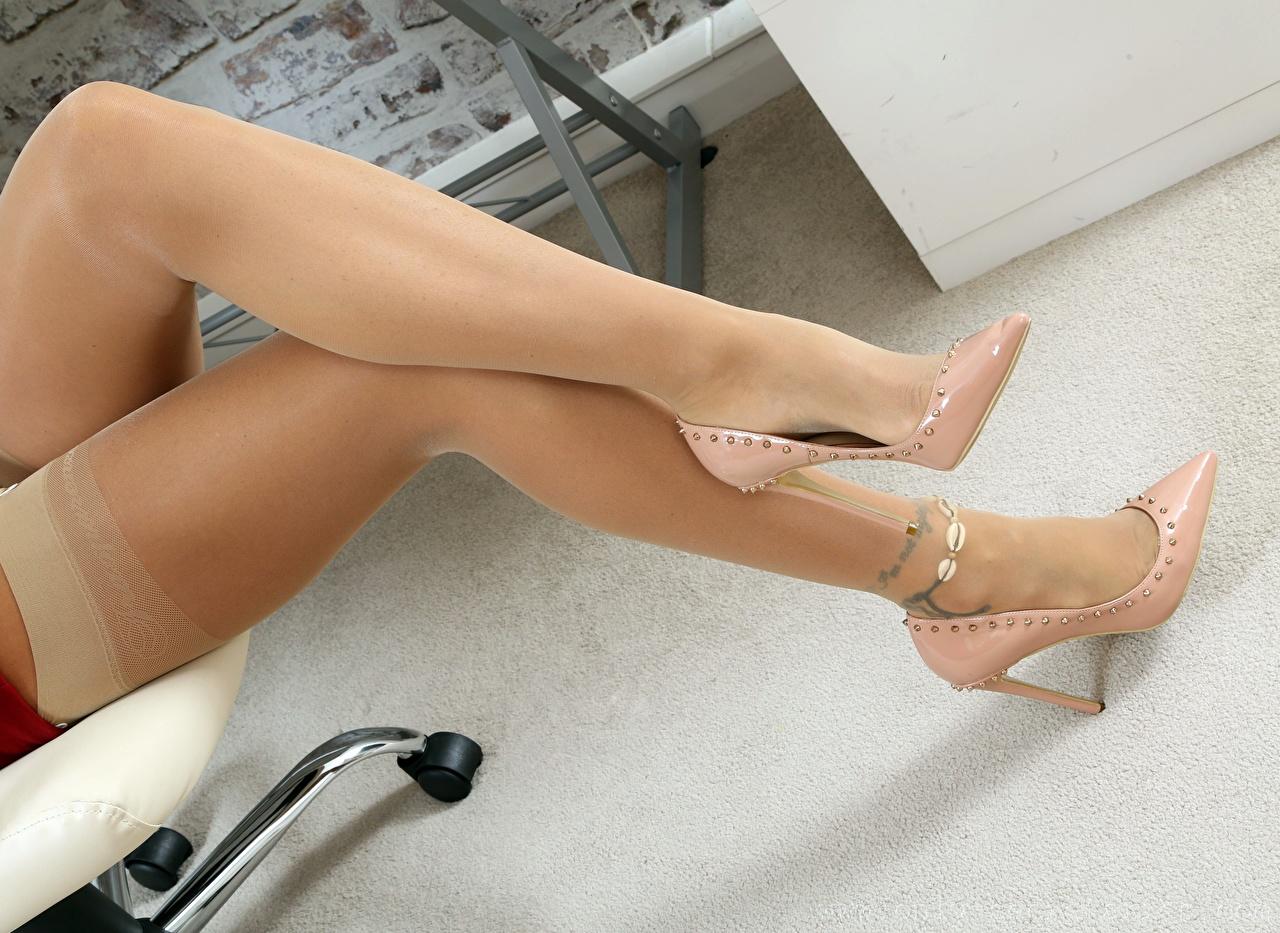 Картинки Чулки Девушки Ноги Крупным планом Туфли чулках девушка молодая женщина молодые женщины ног вблизи туфель туфлях