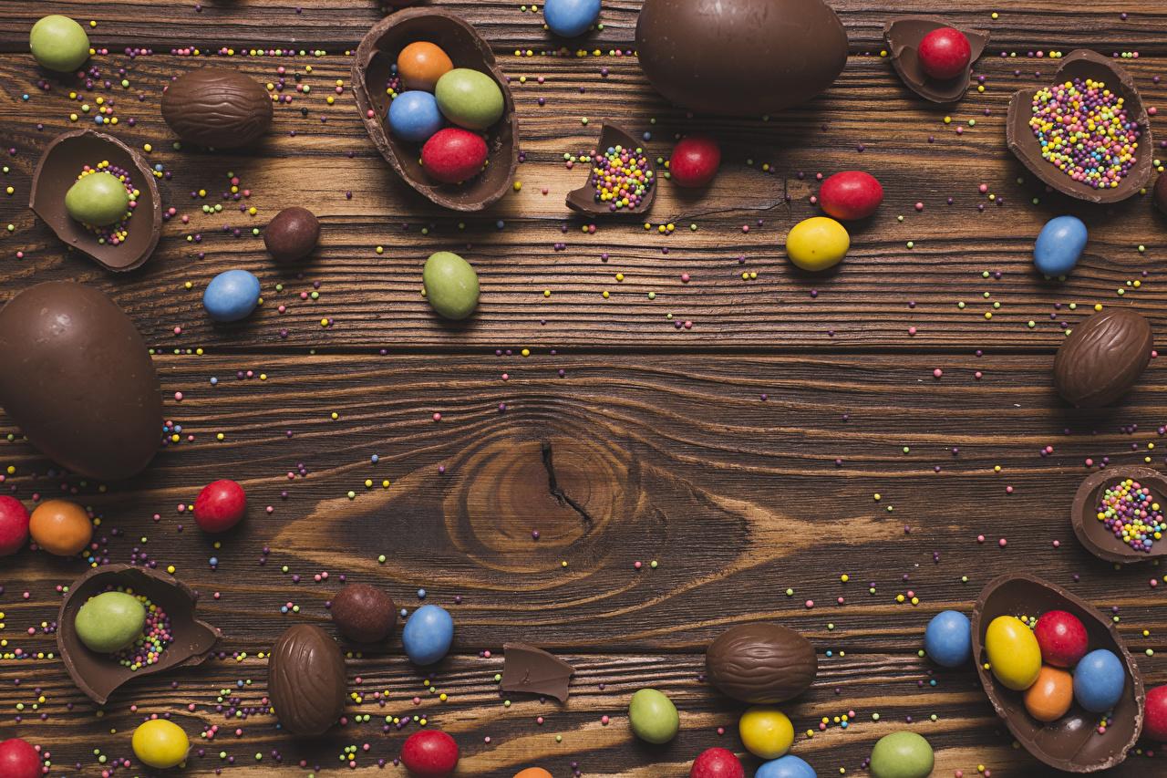 Фотографии Пасха Яйца Шоколад Конфеты Еда Сладости Доски Пища Продукты питания