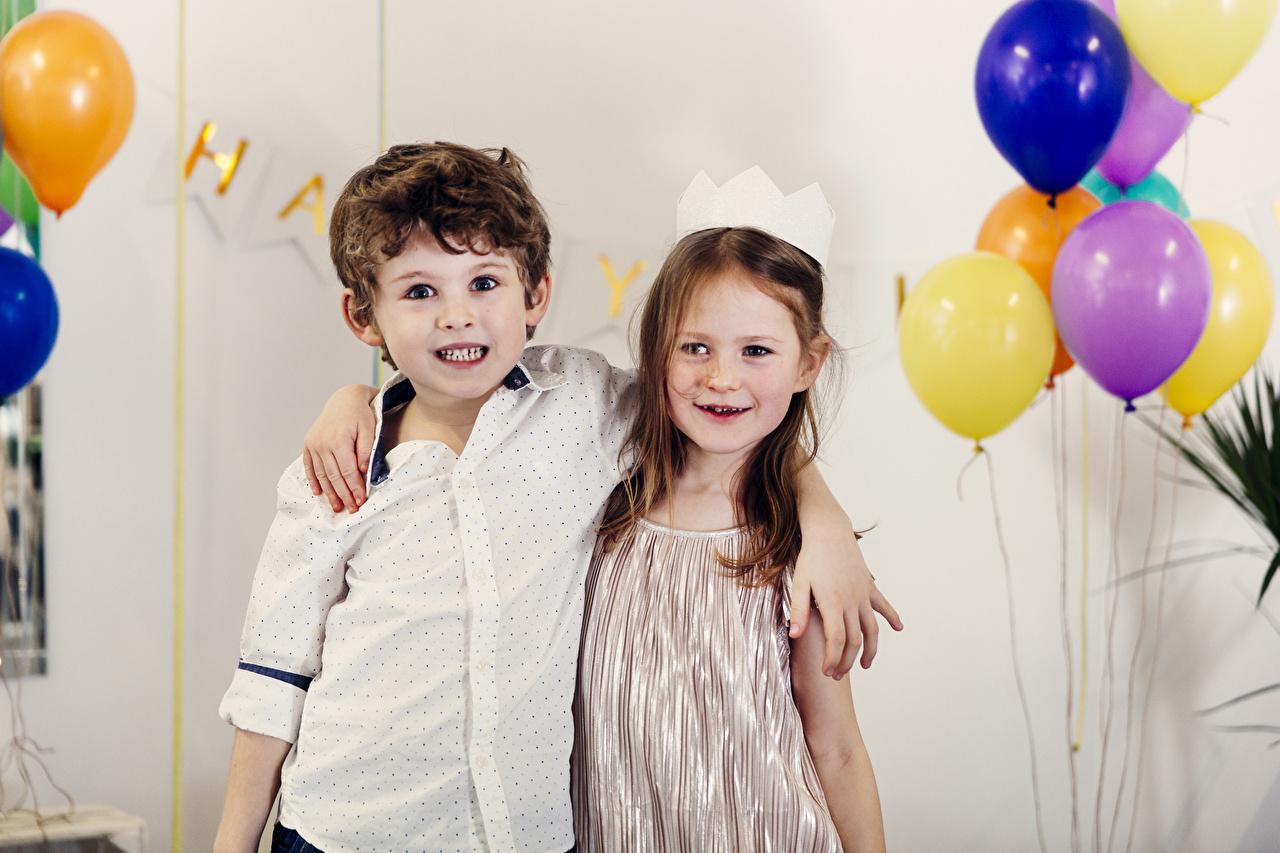 Фотография Девочки мальчишки Воздушный шарик Дети вдвоем Объятие Праздники девочка мальчик Мальчики мальчишка воздушные шарики воздушным шариком воздушных шариков ребёнок 2 две два Двое обнимает обнимаются