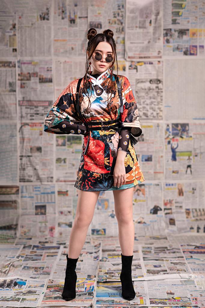 Обои для рабочего стола Газета позирует девушка ног азиатка Очки Взгляд платья  для мобильного телефона газеты газетой Поза Девушки молодая женщина молодые женщины Ноги Азиаты азиатки очков очках смотрит смотрят Платье