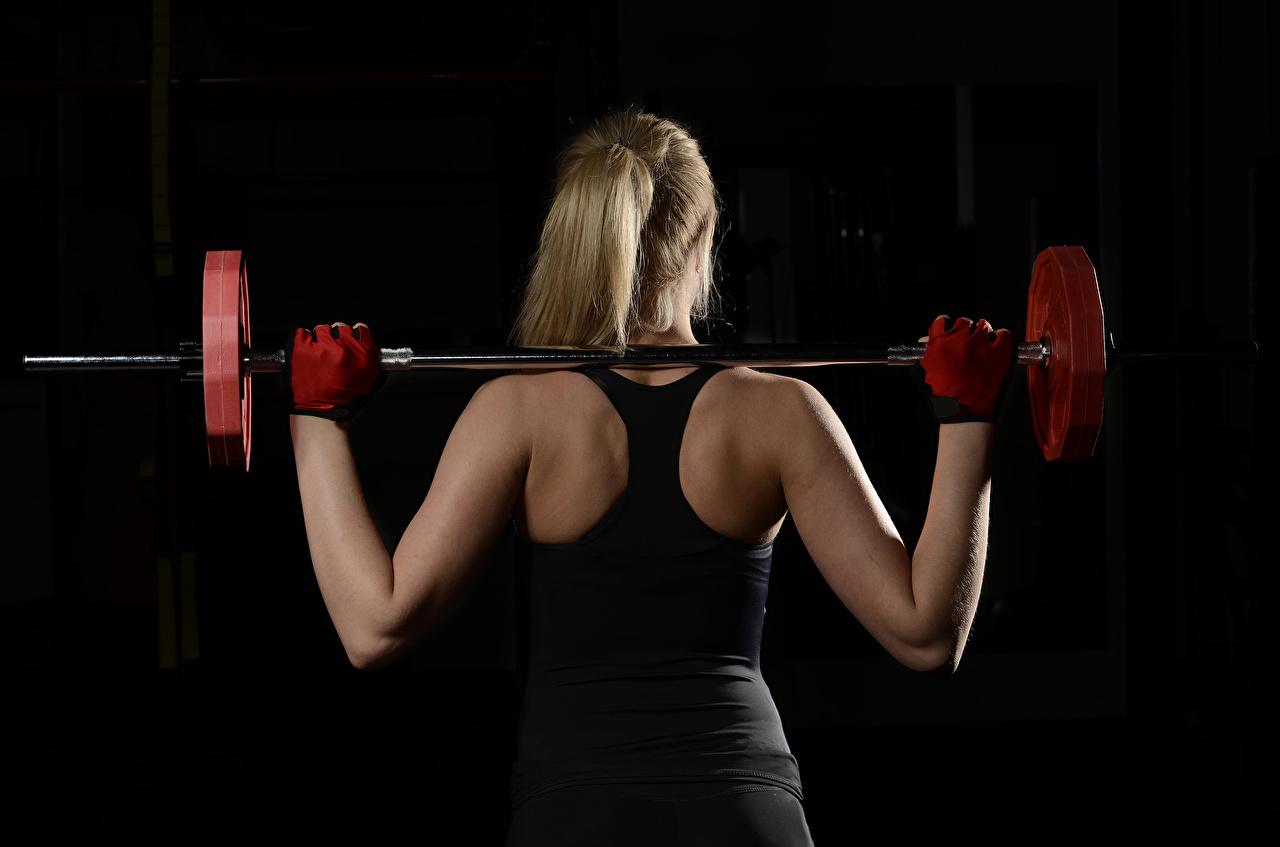 Фото Тренировка Спина Фитнес Штанга Девушки Черный фон тренируется физическое упражнение спины штангой на черном фоне