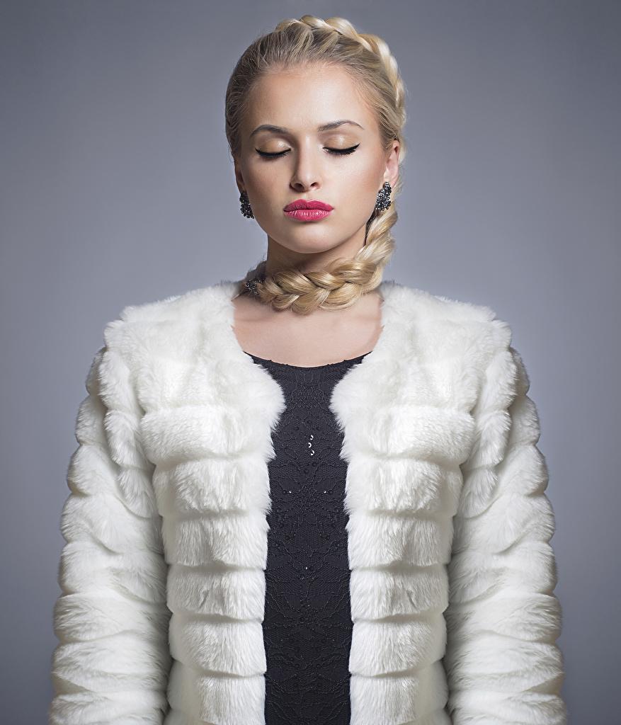 Обои для рабочего стола блондинок шубой косички Девушки Серый фон Красные губы блондинки Блондинка Коса косы шубе Шуба девушка молодая женщина молодые женщины сером фоне красными губами
