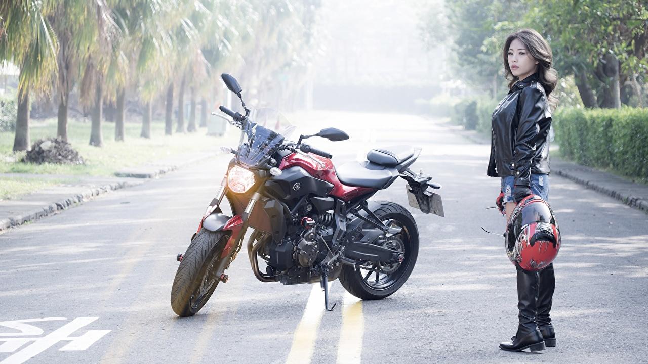 Картинка Дукати в шлеме Ducati monster Куртка молодые женщины Дороги Азиаты Мотоциклист асфальта Шлем шлема куртке куртки куртках девушка Девушки молодая женщина азиатки азиатка Асфальт