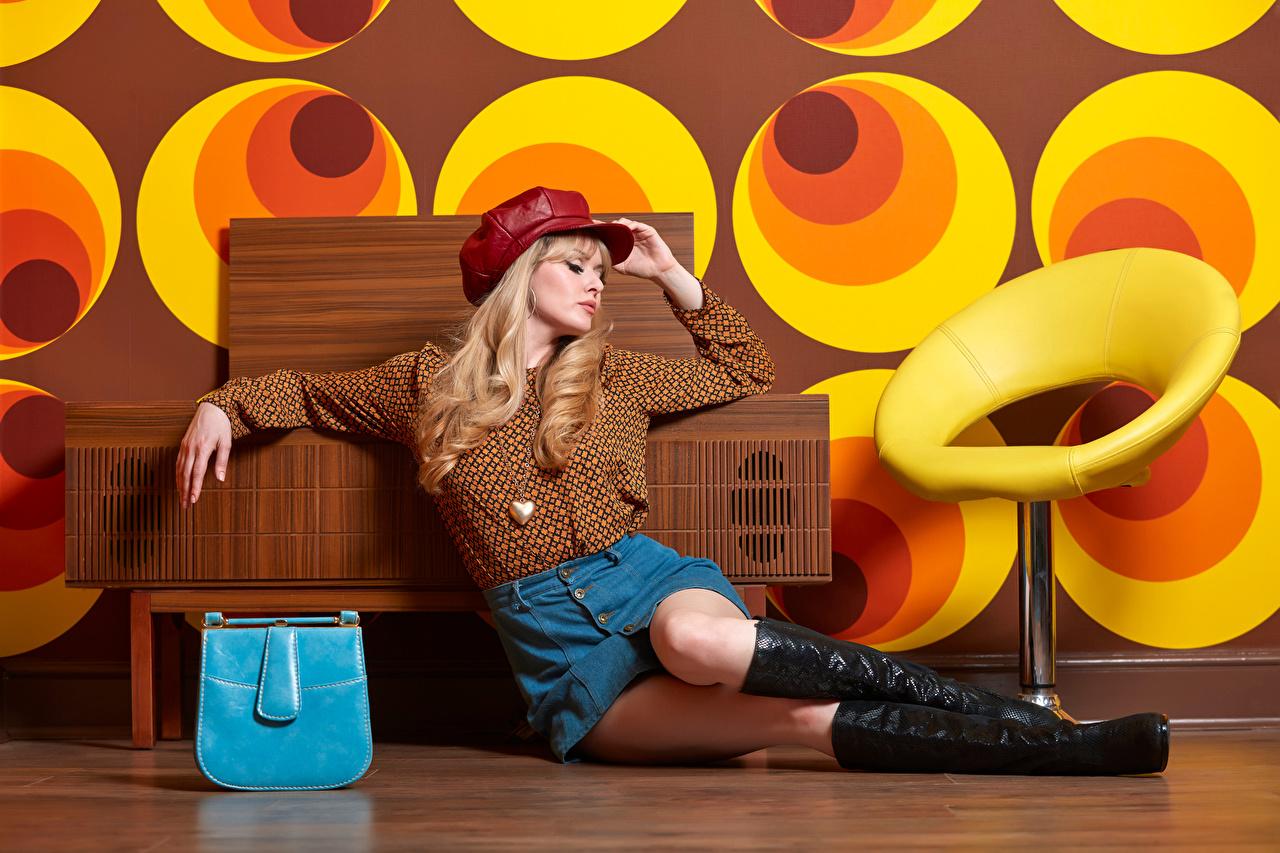 Обои для рабочего стола Carla Monaco юбки Блондинка сапогов Блузка Девушки Ноги сидя Сумка юбке Юбка блондинок блондинки сапог Сапоги сапогах девушка молодые женщины молодая женщина ног Сидит сидящие