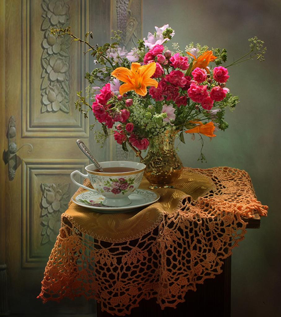 Обои для рабочего стола букет Чай Розы лилия Цветы Еда Ваза стола чашке Ветреница Натюрморт  для мобильного телефона Букеты роза Лилии цветок Пища вазы вазе Стол Чашка столы Анемоны Продукты питания