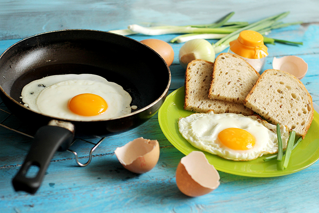 Картинка яичницы Хлеб сковорода Еда тарелке Яичница глазунья сковороде Сковородка Пища Тарелка Продукты питания