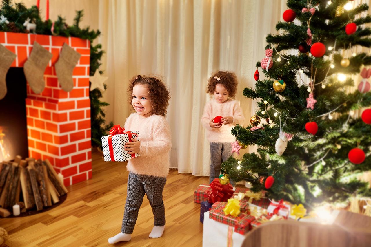 Фотография девочка Рождество ребёнок два Елка подарок Шар Девочки Новый год Дети 2 две Двое вдвоем Новогодняя ёлка Подарки подарков Шарики