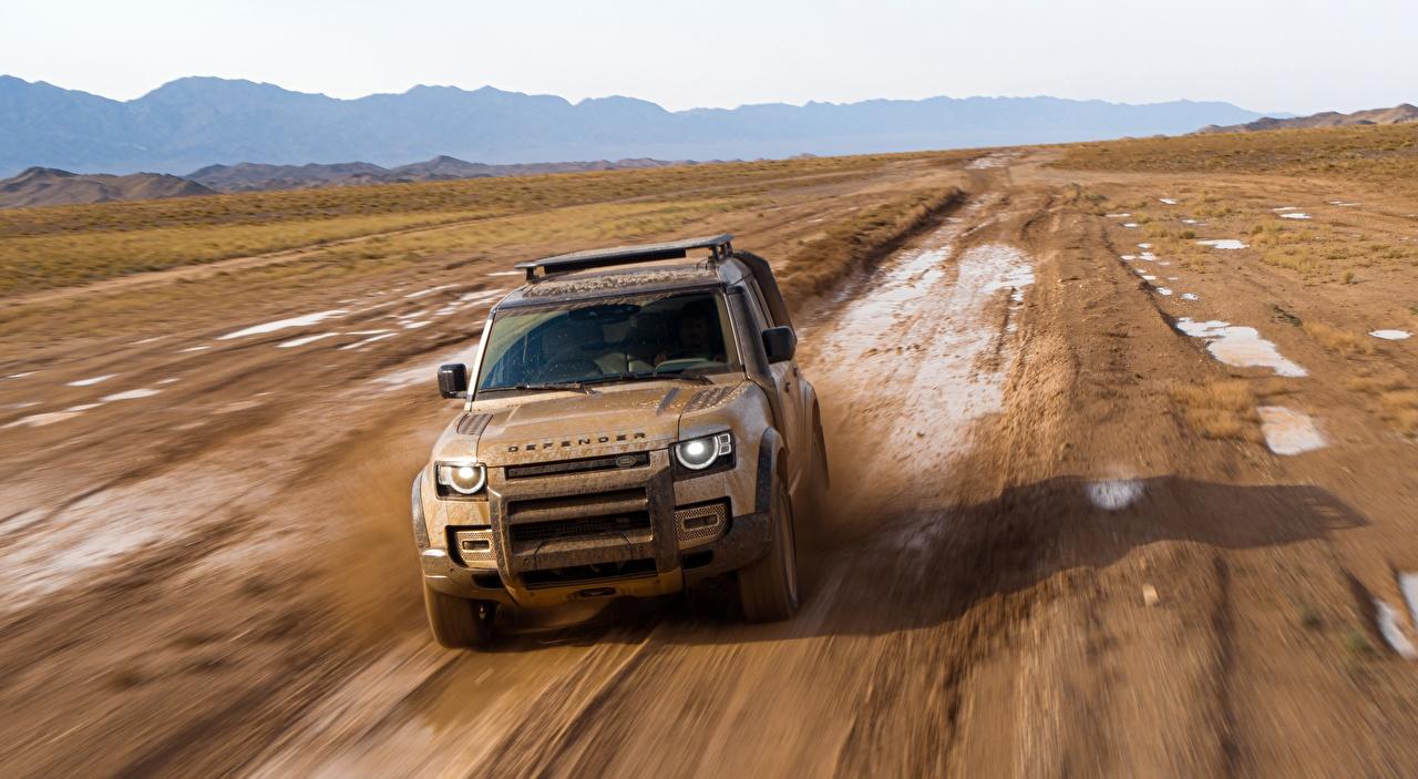 Обои для рабочего стола Land Rover SUV Defender 110, Explorer Pack First Edition, 2020 Движение авто Грязь Спереди Range Rover Внедорожник едет едущий едущая скорость машины машина в грязи грязный Автомобили автомобиль