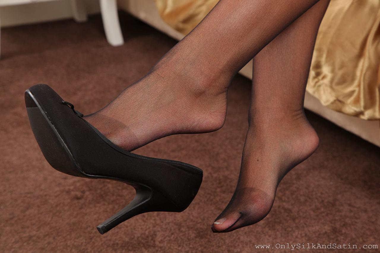 Картинки колготок девушка ног вблизи туфель Колготки колготках Девушки молодая женщина молодые женщины Ноги Крупным планом Туфли туфлях