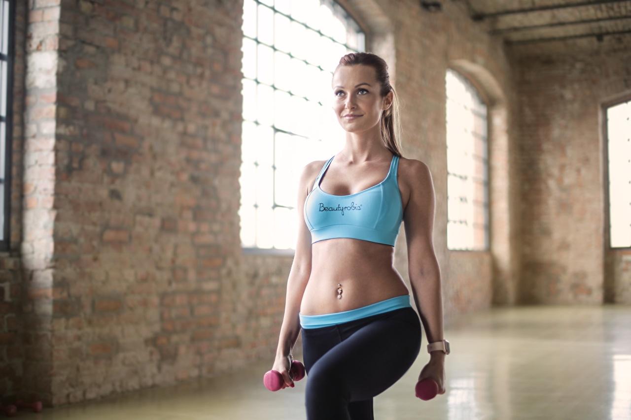 Фотография тренируется Фитнес Гантели Девушки спортивная Живот Униформа Тренировка физическое упражнение Спорт девушка гантель гантеля гантелей гантелями спортивные спортивный молодые женщины молодая женщина живота униформе