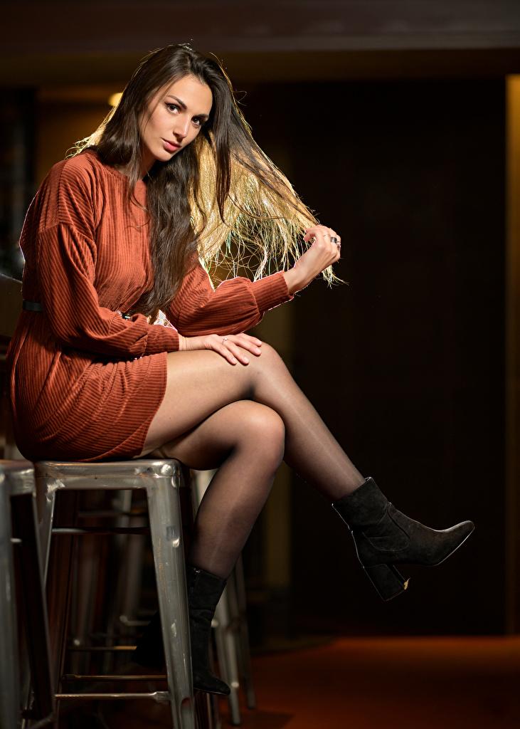 Фотографии Audrey девушка Ноги Сидит смотрят платья  для мобильного телефона Девушки молодая женщина молодые женщины ног сидя сидящие Взгляд смотрит Платье