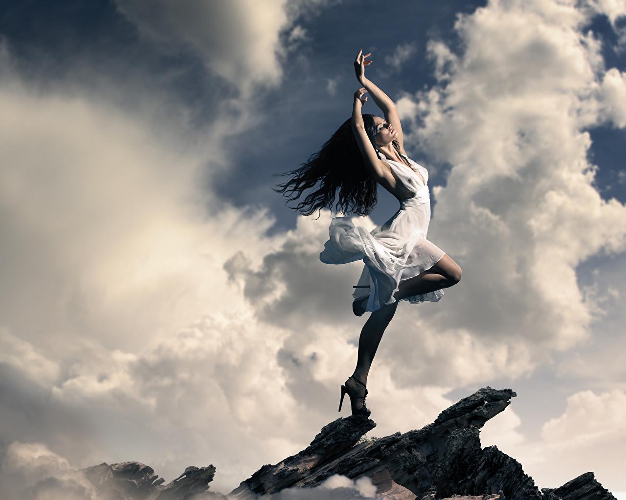 Фотографии брюнетки Девушки Руки облачно платья брюнеток Брюнетка девушка молодые женщины молодая женщина рука облако Облака Платье