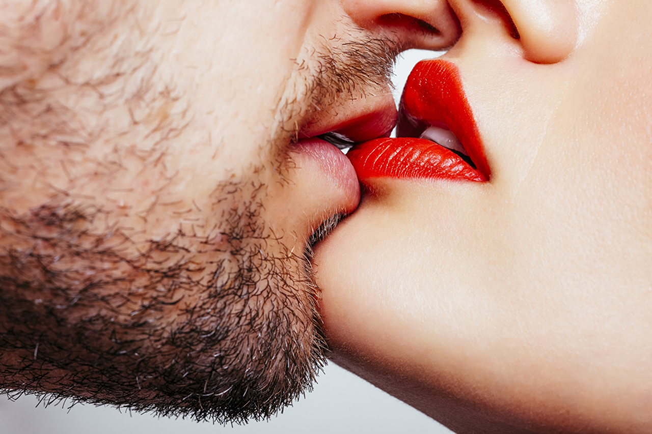 Обои Мужчины Борода целование Губы вблизи Красные губы целует бородой поцелуи Поцелуй бородатый бородатые целоваться Крупным планом красными губами