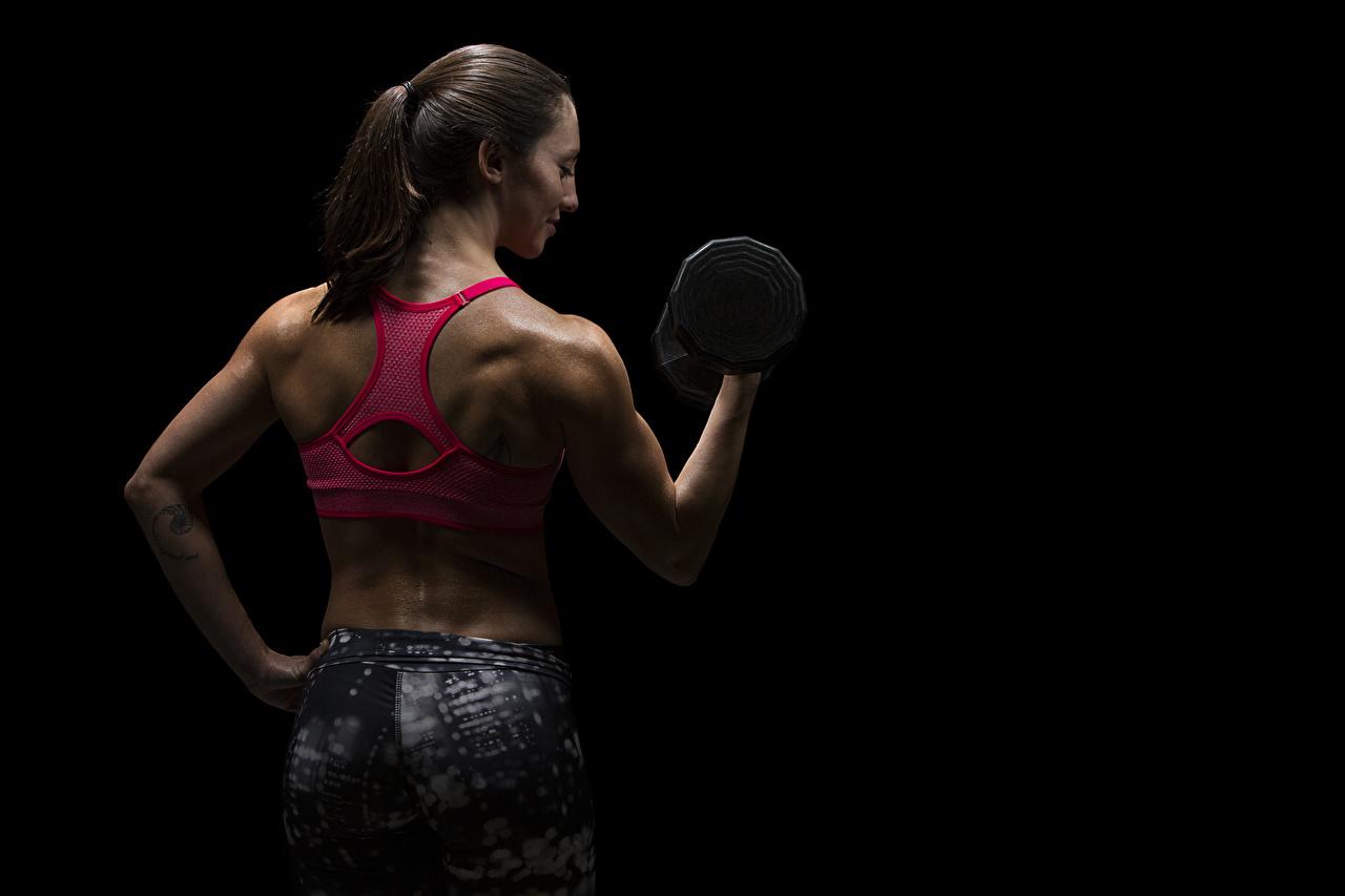 Фотографии физическое упражнение Спина Фитнес Спорт Гантели девушка рука на черном фоне Тренировка тренируется спины гантеля гантель Девушки гантелей гантелями спортивные спортивная спортивный молодая женщина молодые женщины Руки Черный фон