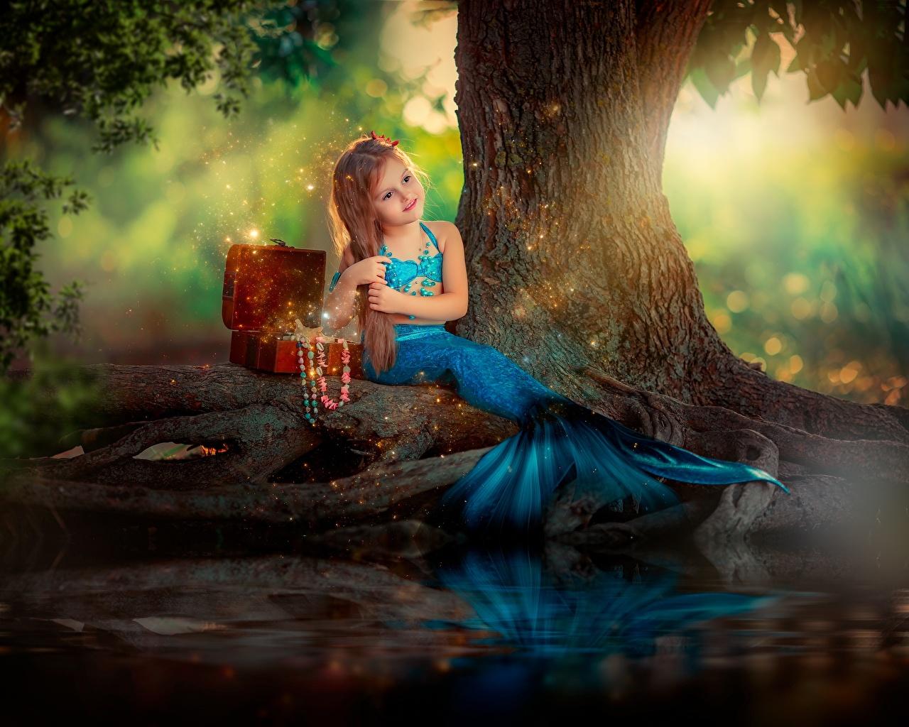 Фотографии Девочки Русалки Сундук сокровищ ребёнок сидящие девочка русалка Клад Дети сидя Сидит