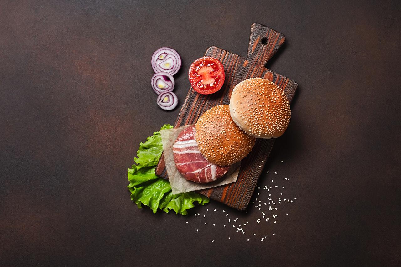 Обои для рабочего стола Гамбургер Булочки Еда Овощи Разделочная доска Мясные продукты Пища Продукты питания разделочной доске