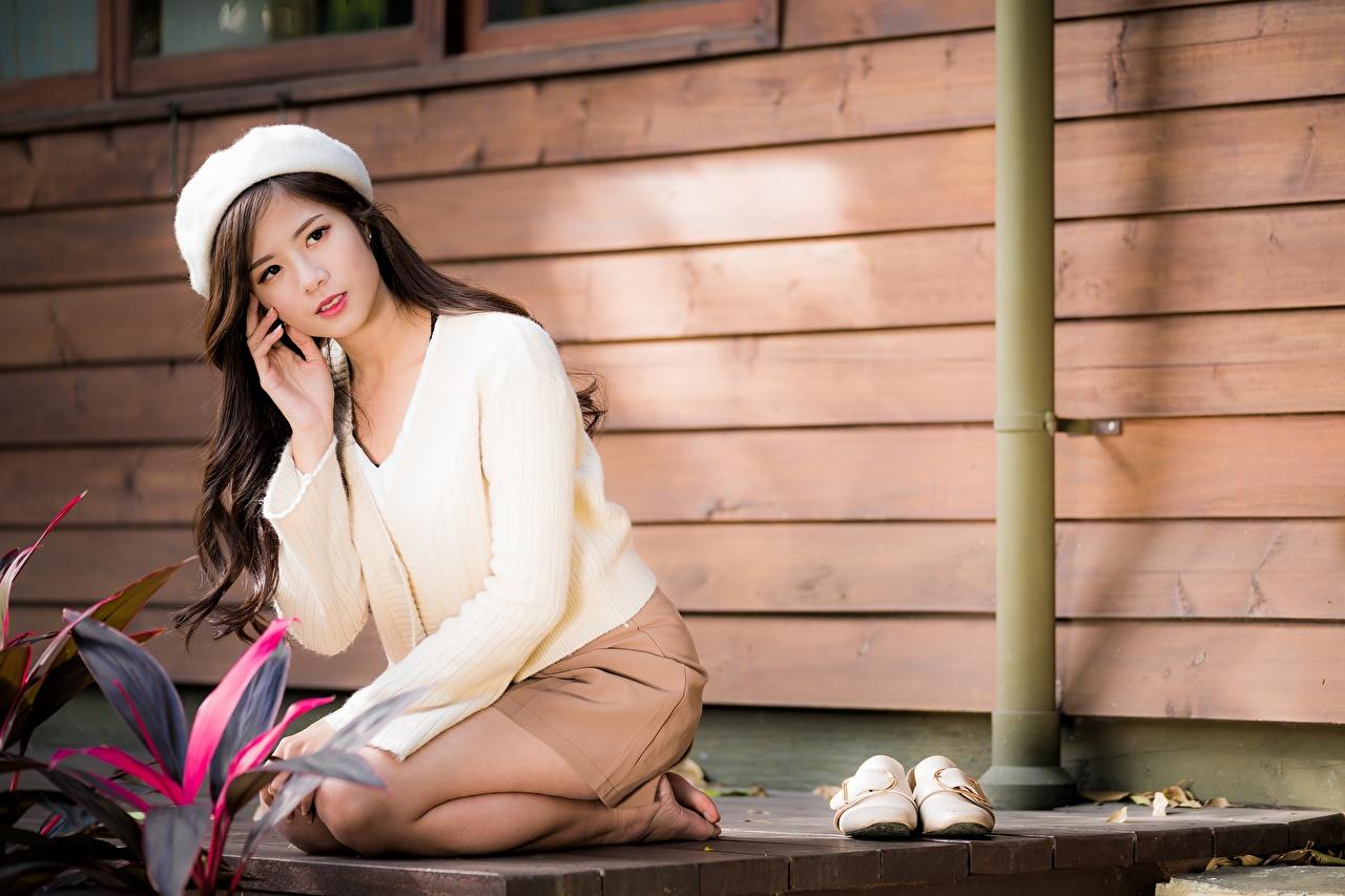 Фотографии Шатенка Размытый фон Берет молодые женщины Азиаты Сидит шатенки боке девушка Девушки молодая женщина азиатки азиатка сидя сидящие