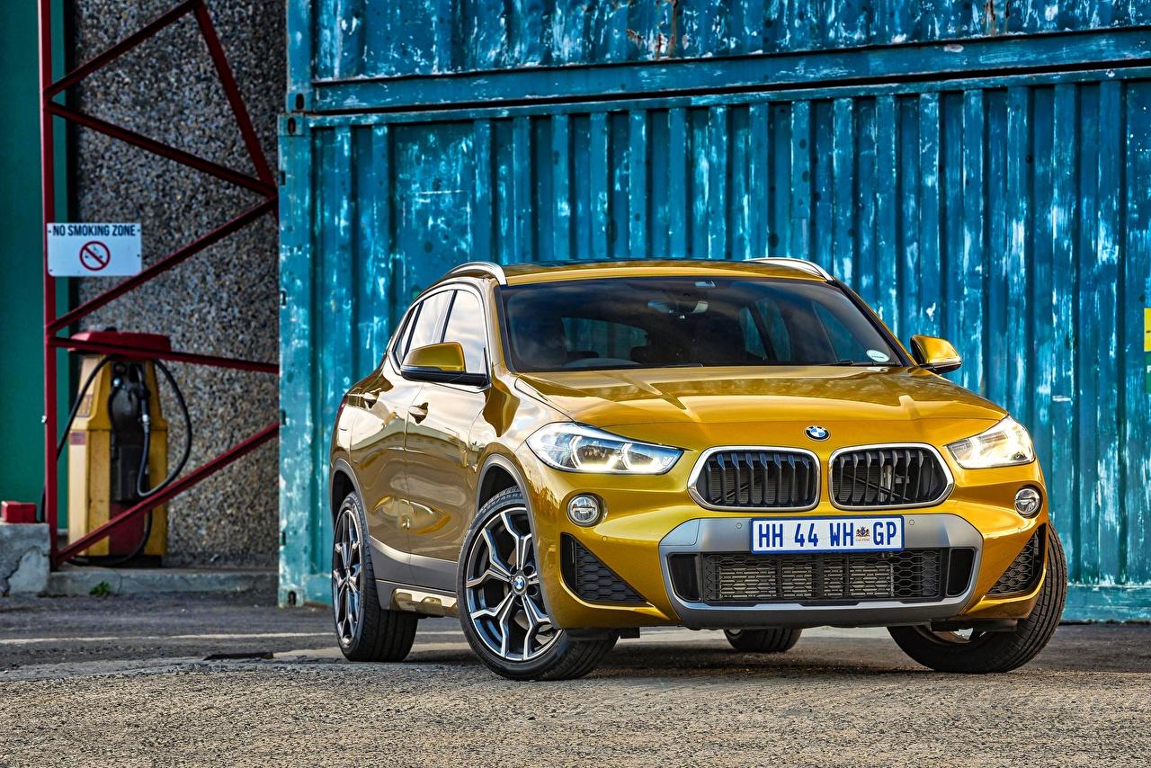Фото BMW Кроссовер X2 F39 золотые машины Спереди БМВ CUV Золотой золотая золотых авто машина Автомобили автомобиль