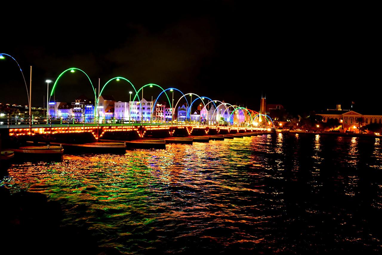 Картинки Нидерланды Willemstad Curacao Мосты Ночь речка Уличные фонари Дома Города голландия мост Реки река ночью в ночи Ночные город Здания