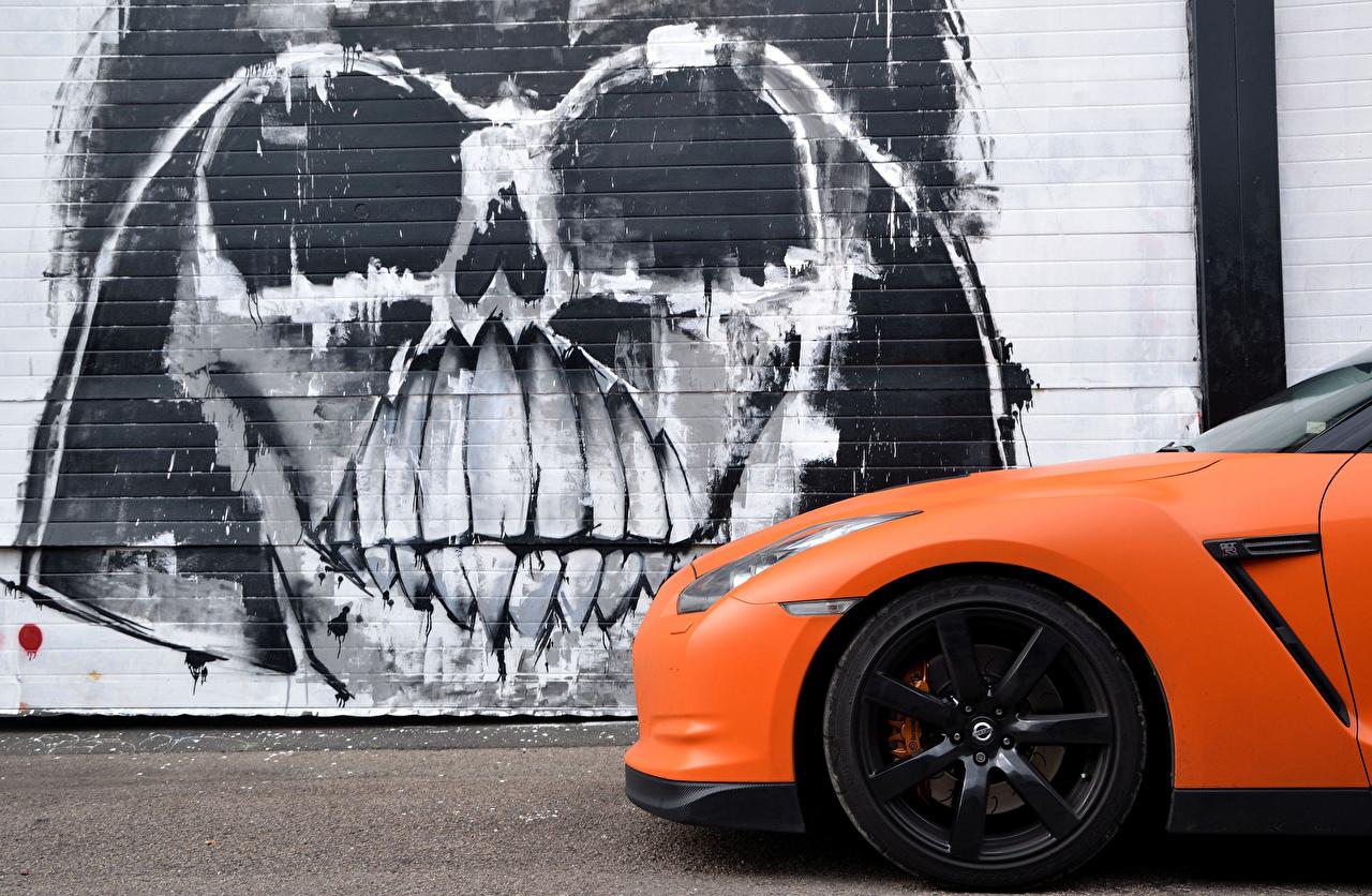 Обои для рабочего стола Ниссан GTR Slamzilla оранжевых Граффити Сбоку машина Nissan оранжевая оранжевые Оранжевый авто машины Автомобили автомобиль
