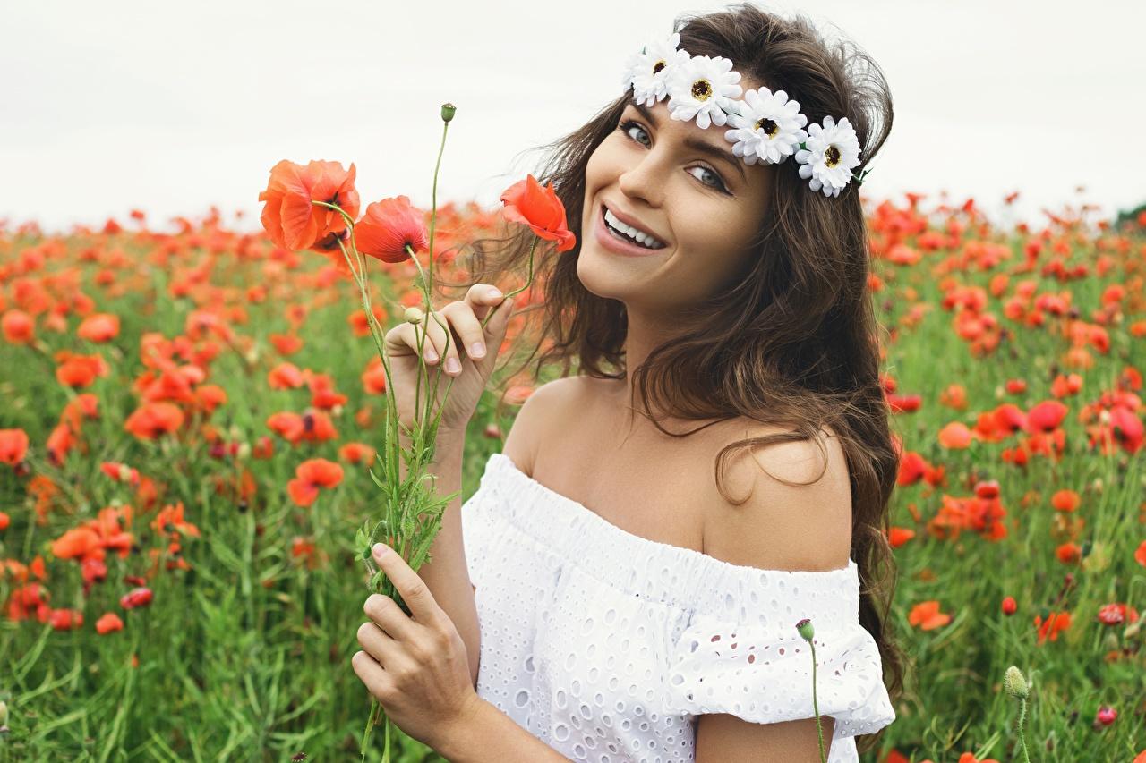 Обои для рабочего стола фотомодель улыбается Венок молодая женщина мак Поля цветок смотрит платья Модель Улыбка венком девушка Девушки молодые женщины Маки Цветы Взгляд смотрят Платье