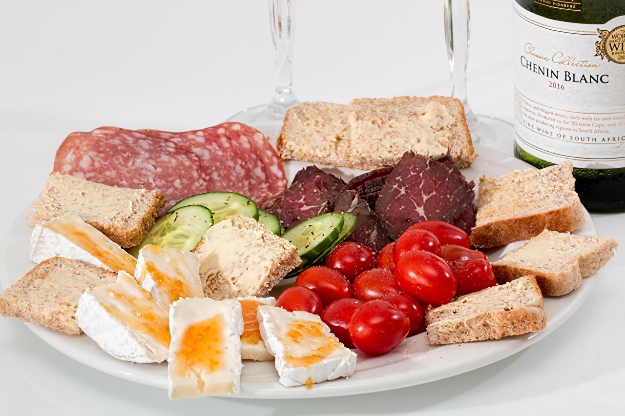 Фотографии Огурцы Томаты Хлеб тарелке Продукты питания Нарезанные продукты Помидоры Еда Пища нарезка Тарелка