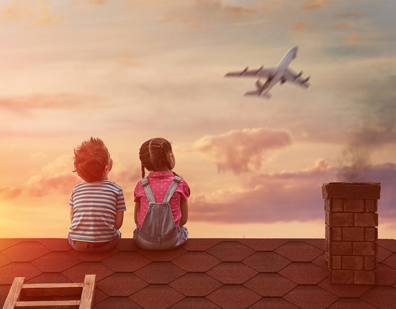 Картинки Девочки Мальчики Самолеты Спина Ребёнок 2 Крыша сидящие Дети Двое вдвоем Сидит