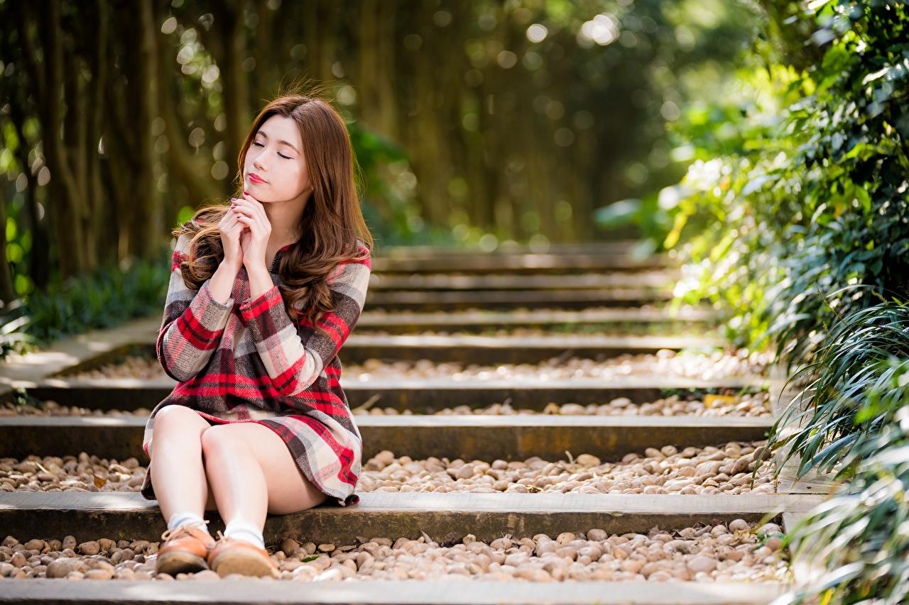 Обои для рабочего стола шатенки боке Девушки Ноги азиатка Сидит платья Шатенка Размытый фон девушка молодая женщина молодые женщины ног Азиаты азиатки сидя сидящие Платье