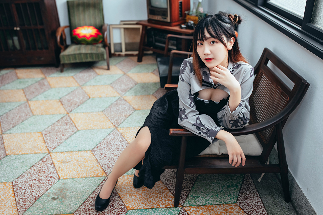Картинка молодая женщина Азиаты сидя Кресло смотрит девушка Девушки молодые женщины азиатки азиатка Сидит сидящие Взгляд смотрят