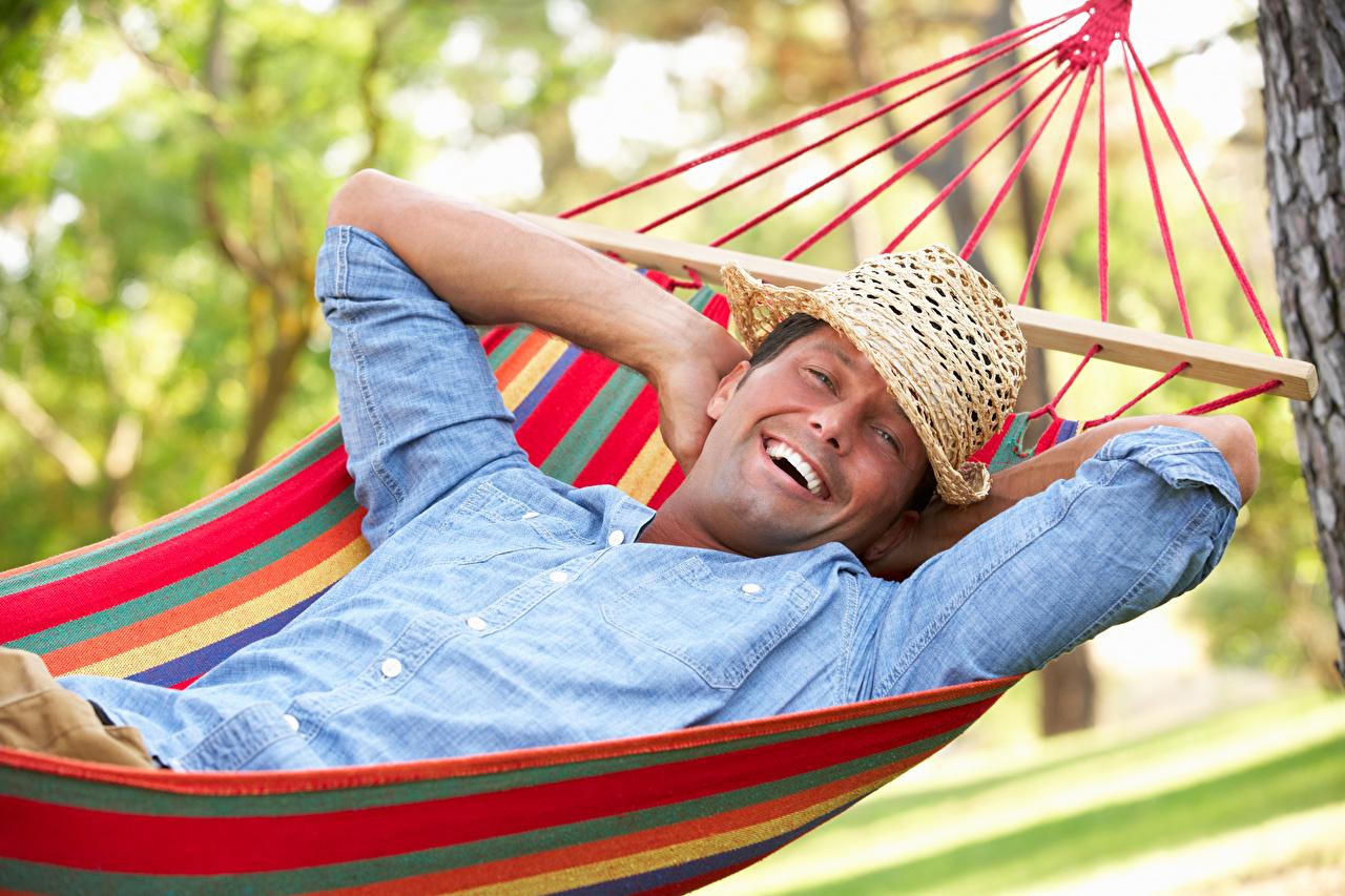 Картинки Гамак Мужчины счастье улыбается Шляпа гамаке мужчина Улыбка Радость радостный радостная счастливый счастливые счастливая шляпе шляпы