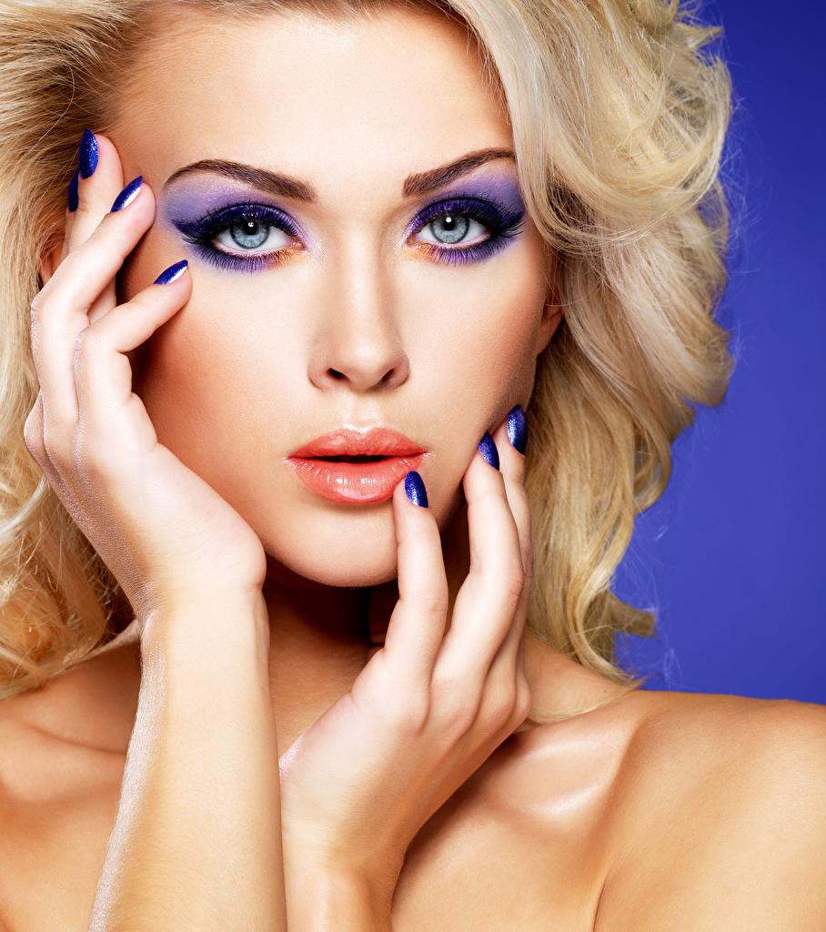 Фото Блондинка Маникюр Макияж Лицо молодая женщина Руки блондинок блондинки маникюра мейкап косметика на лице лица Девушки девушка молодые женщины рука