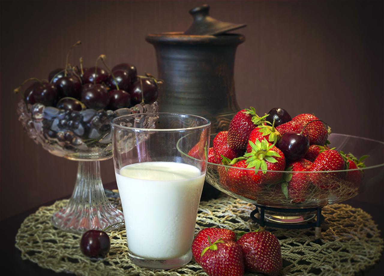 Фотографии Молоко Стакан Черешня Клубника Еда Натюрморт Вишня стакана стакане Пища Продукты питания