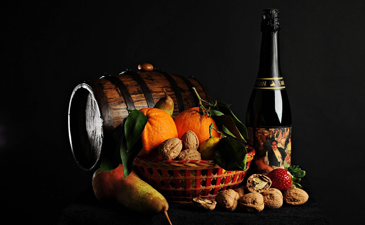 Фото Рождество Апельсин Игристое вино Груши Бочка Пища Бутылка Орехи Черный фон Новый год Шампанское Еда Продукты питания