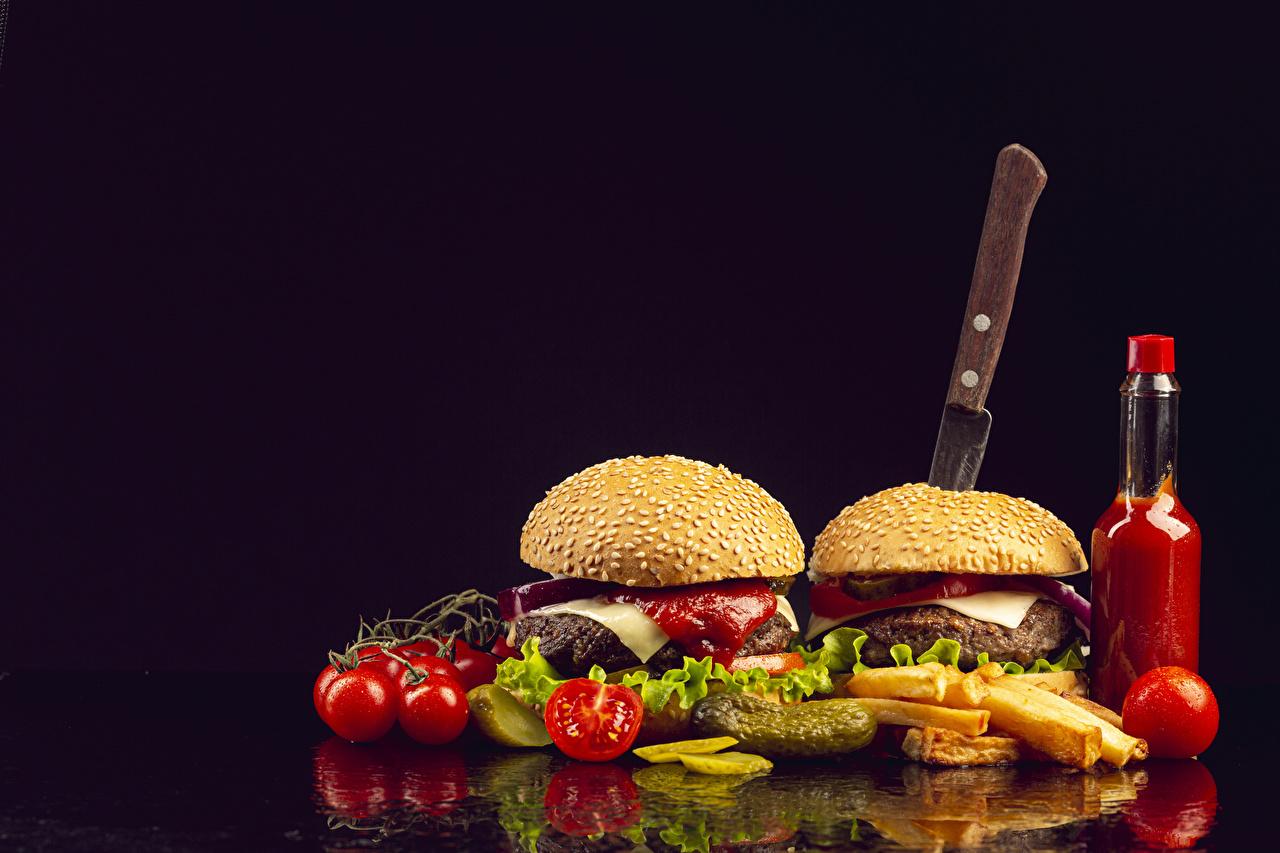 Картинка Нож Помидоры Гамбургер Картофель фри Фастфуд Булочки бутылки Продукты питания Черный фон ножик Томаты Быстрое питание Еда Пища Бутылка на черном фоне