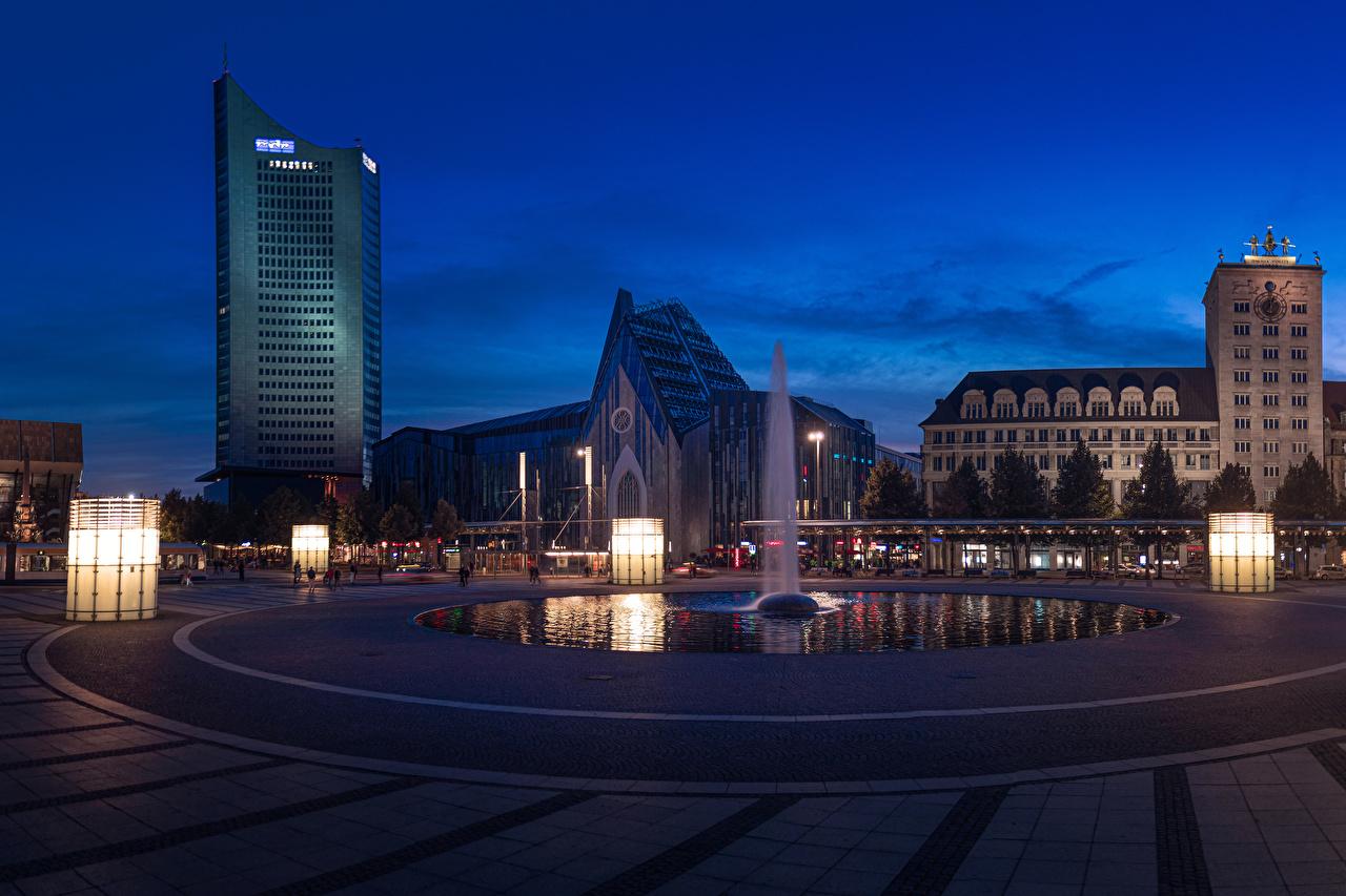 Обои для рабочего стола Германия Фонтаны городской площади Leipzig Вечер Уличные фонари город Здания Городская площадь Дома Города
