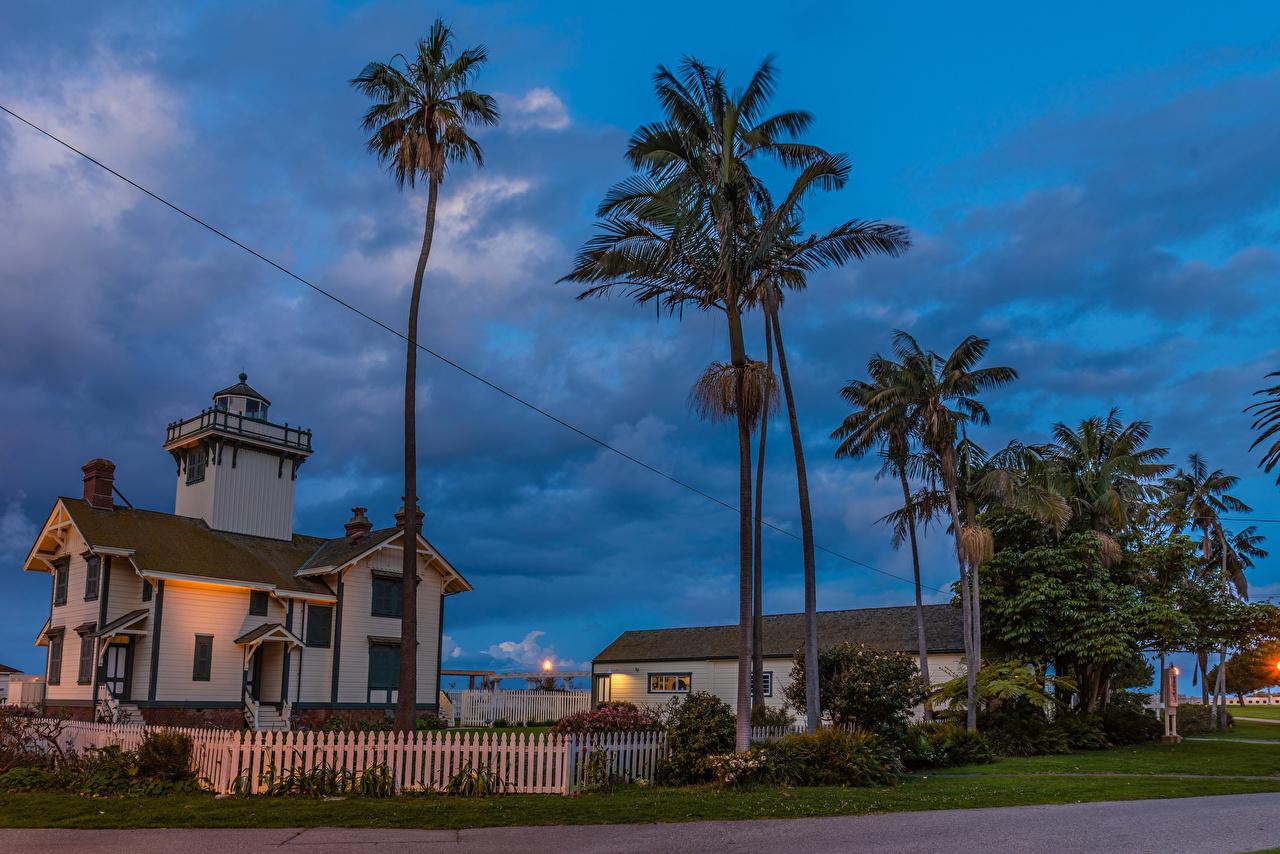 Фотографии Калифорния США Point Fermin Lighthouse in San Pedro маяк Пальмы забором Вечер Здания Города калифорнии штаты америка Маяки пальм Забор пальма ограда забора Дома город
