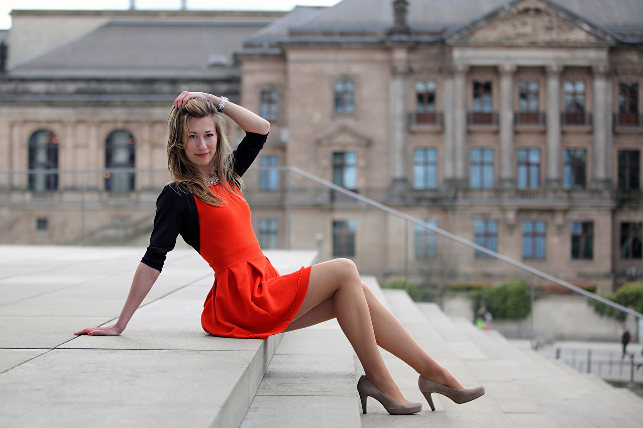 Обои для рабочего стола Yulia Девушки Лестница ног Сидит смотрят платья туфлях девушка лестницы молодая женщина молодые женщины Ноги сидя сидящие Взгляд смотрит Платье Туфли туфель