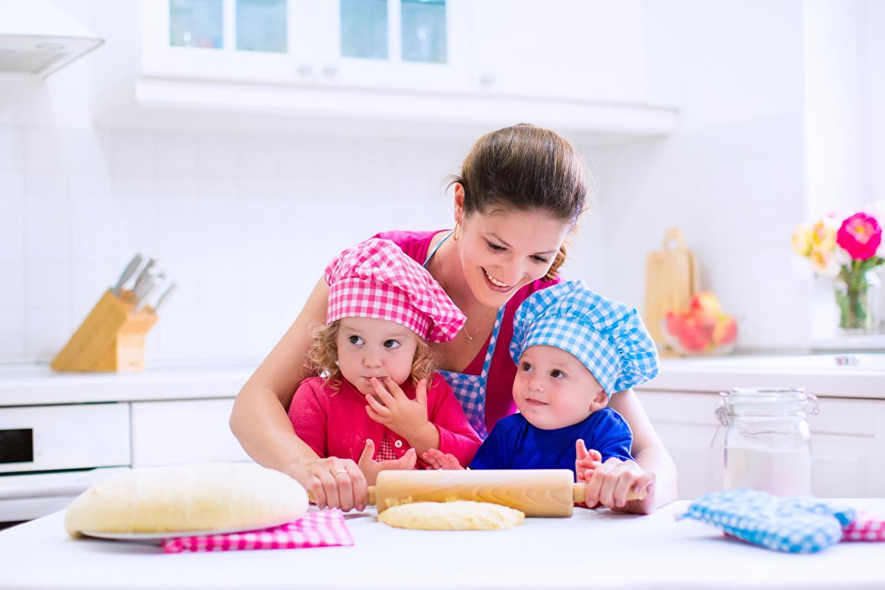 Обои Девочки Мальчики Улыбка Мать Дети Шапки Девушки Повар втроем Мама Ребёнок Трое 3