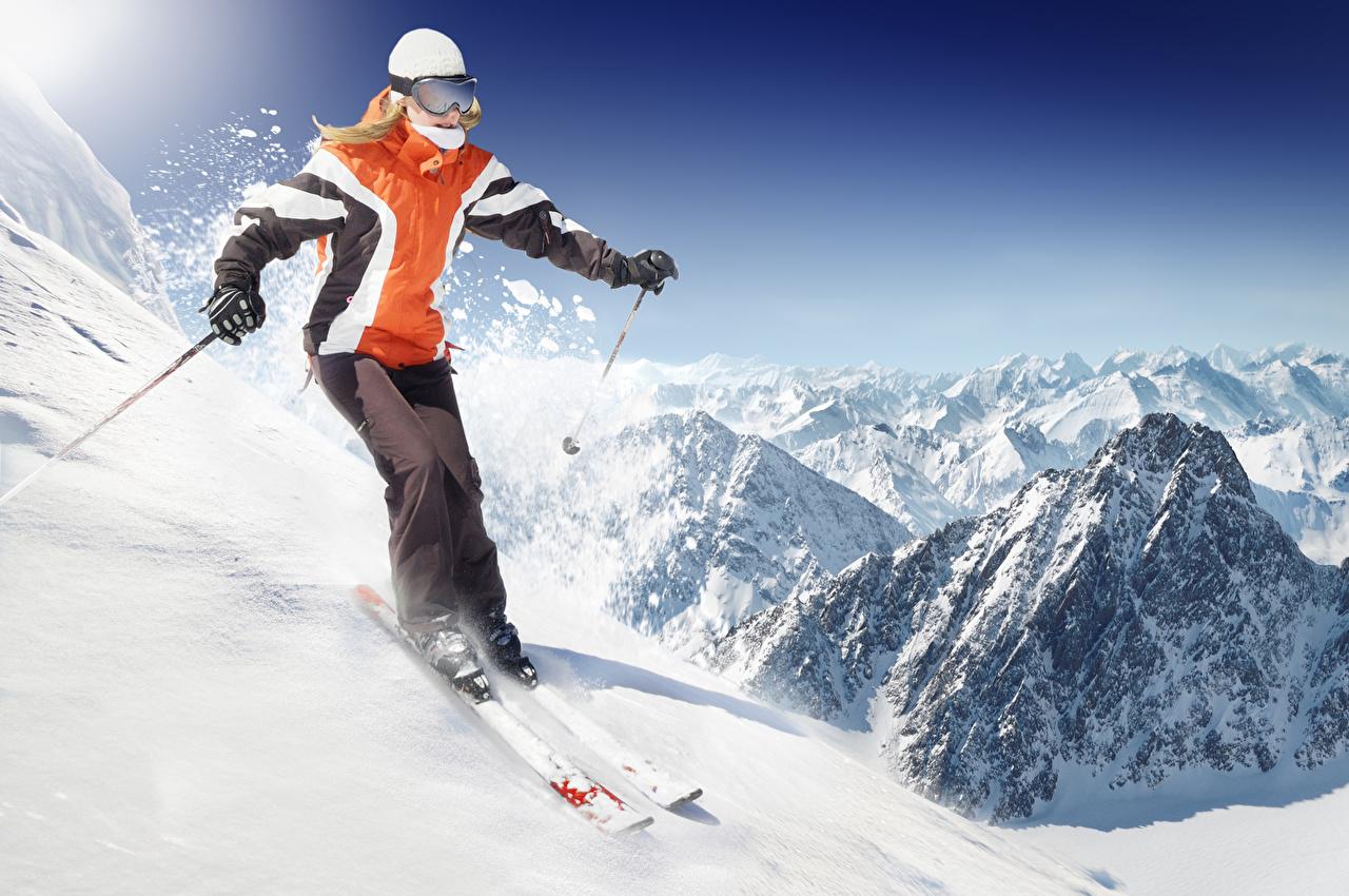 Картинка Зима Горы Девушки спортивная едущий Униформа Лыжный спорт гора Спорт зимние девушка спортивные спортивный молодая женщина молодые женщины едет едущая Движение скорость униформе