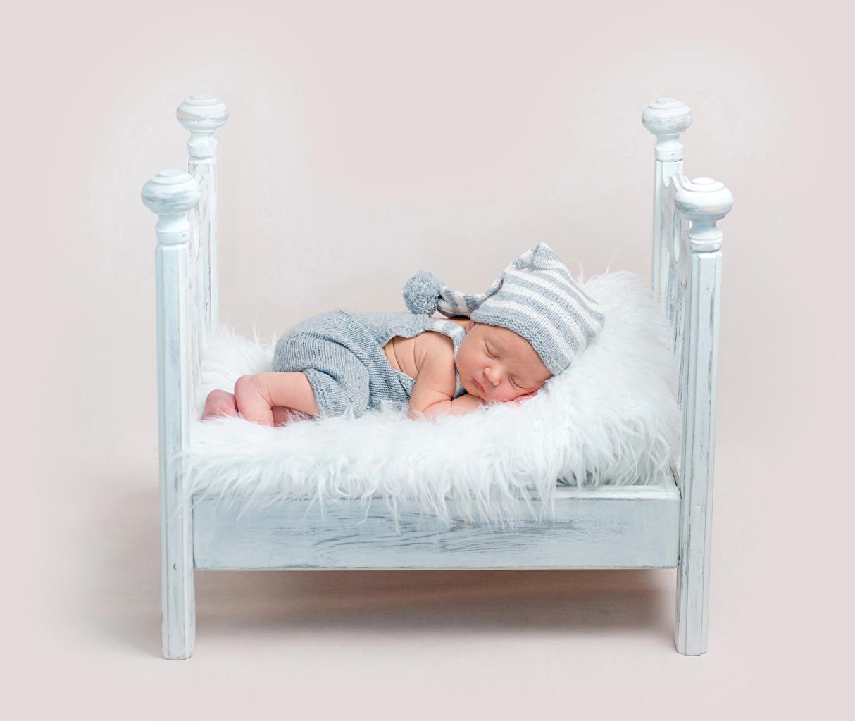 Картинка Младенцы Дети Спит Шапки Кровать Цветной фон грудной ребёнок Ребёнок сон спящий