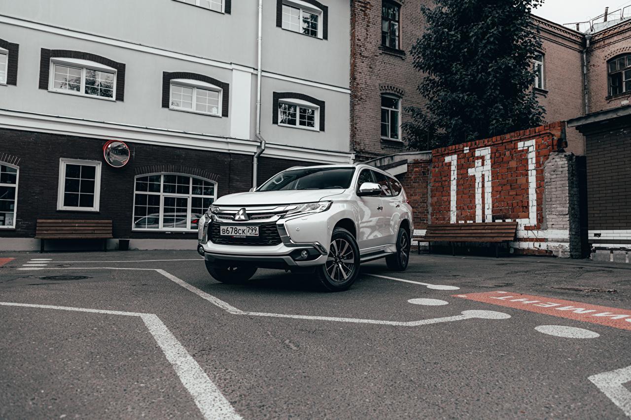 Обои для рабочего стола Мицубиси SUV Pajero Sport ЮCIS-spec, 2016- парковке Белый машины Металлик Mitsubishi Внедорожник паркинг стоянка Парковка припаркованная белых белые белая авто машина автомобиль Автомобили
