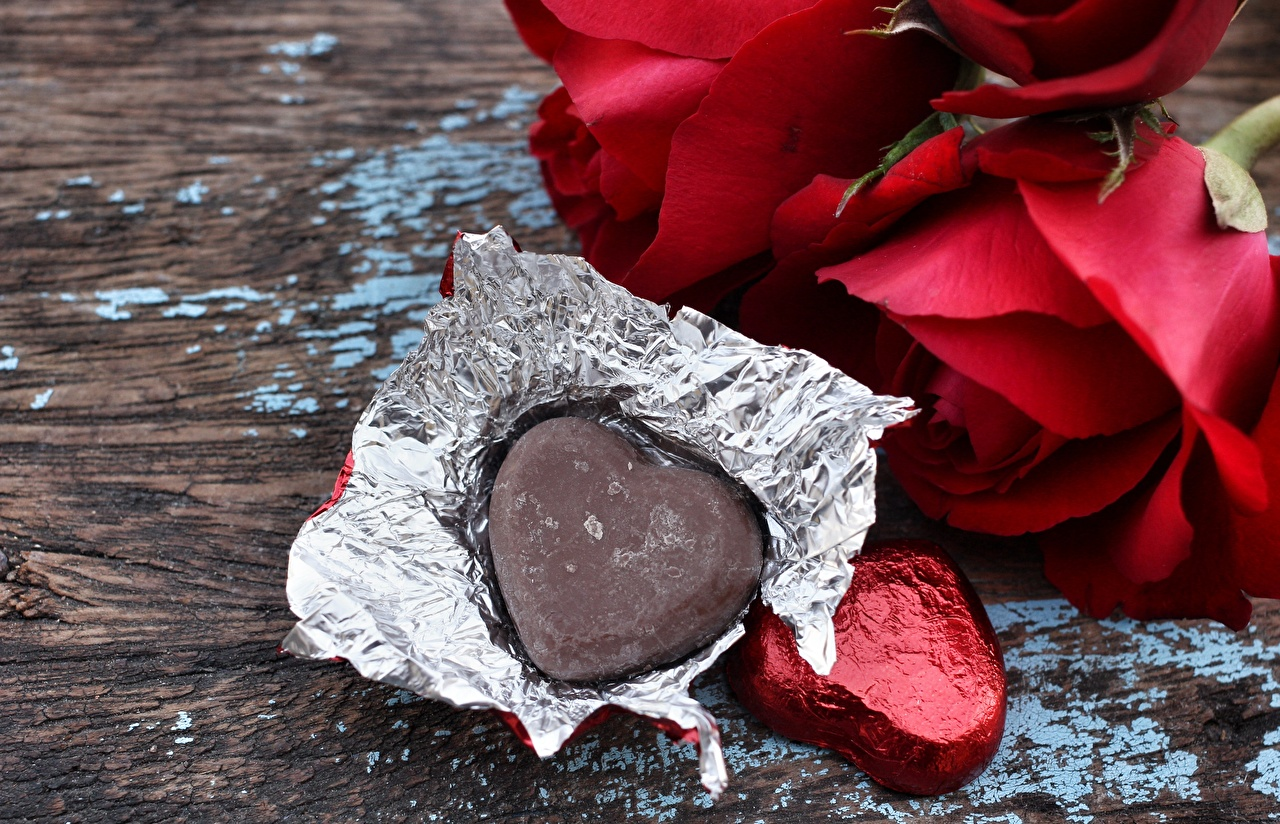 Картинки День святого Валентина Сердце Шоколад роза Двое Конфеты Цветы Еда Доски День всех влюблённых серце сердца сердечко 2 две два Розы вдвоем цветок Пища Продукты питания