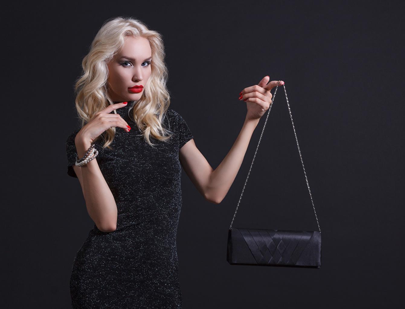 Картинки блондинок Девушки рука Сумка смотрит Серый фон платья Блондинка блондинки девушка молодые женщины молодая женщина Руки Взгляд смотрят сером фоне Платье