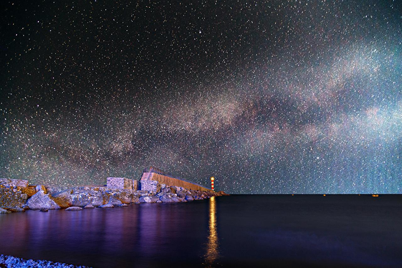 Картинка Звезды Млечный Путь маяк Море Космос Небо Камни ночью Маяки Ночь в ночи Камень Ночные