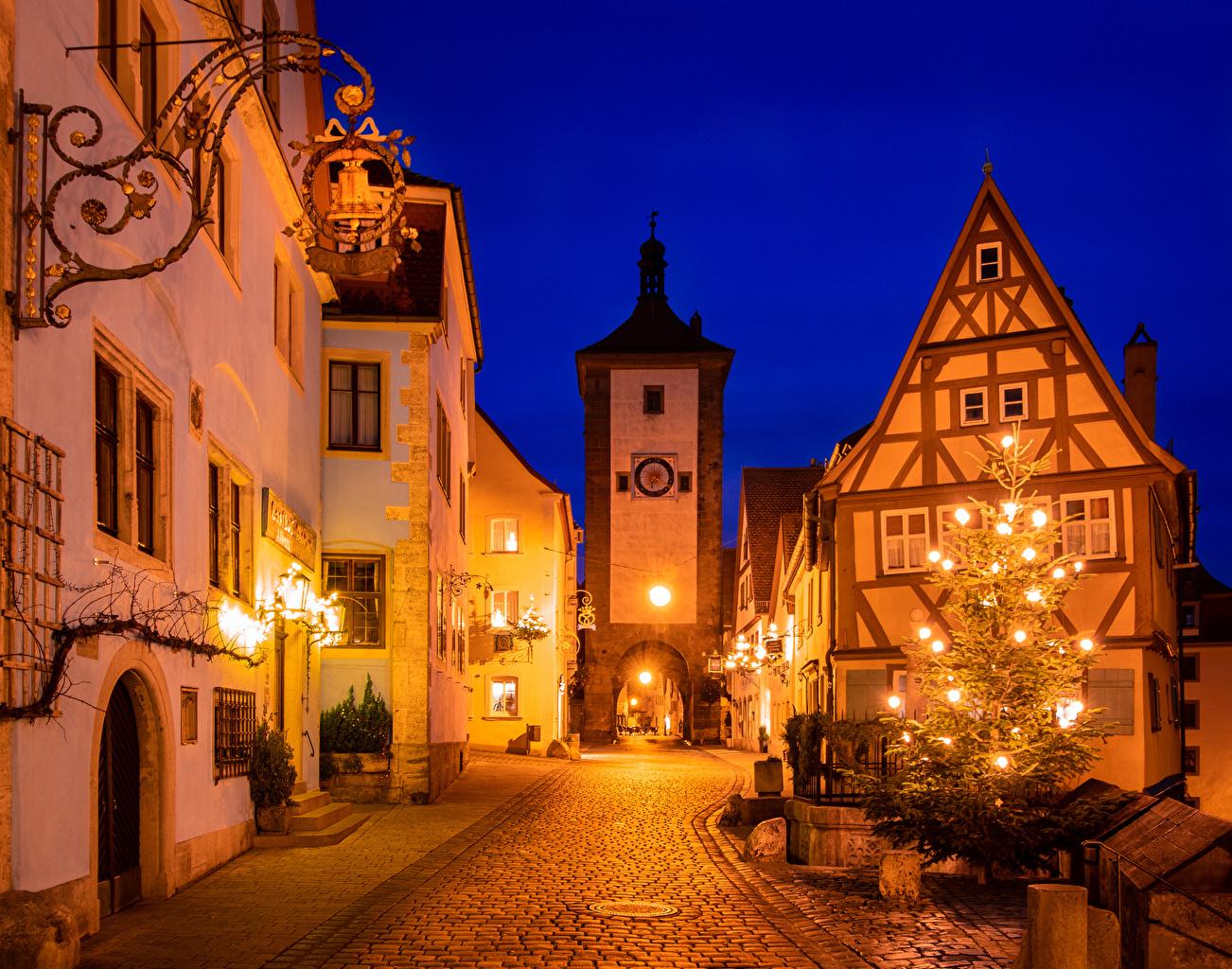 Картинки Бавария Германия Новый год Rothenburg ob der Tauber Елка Улица Ночные Уличные фонари Дома город Рождество Новогодняя ёлка улиц улице Ночь ночью в ночи Города Здания