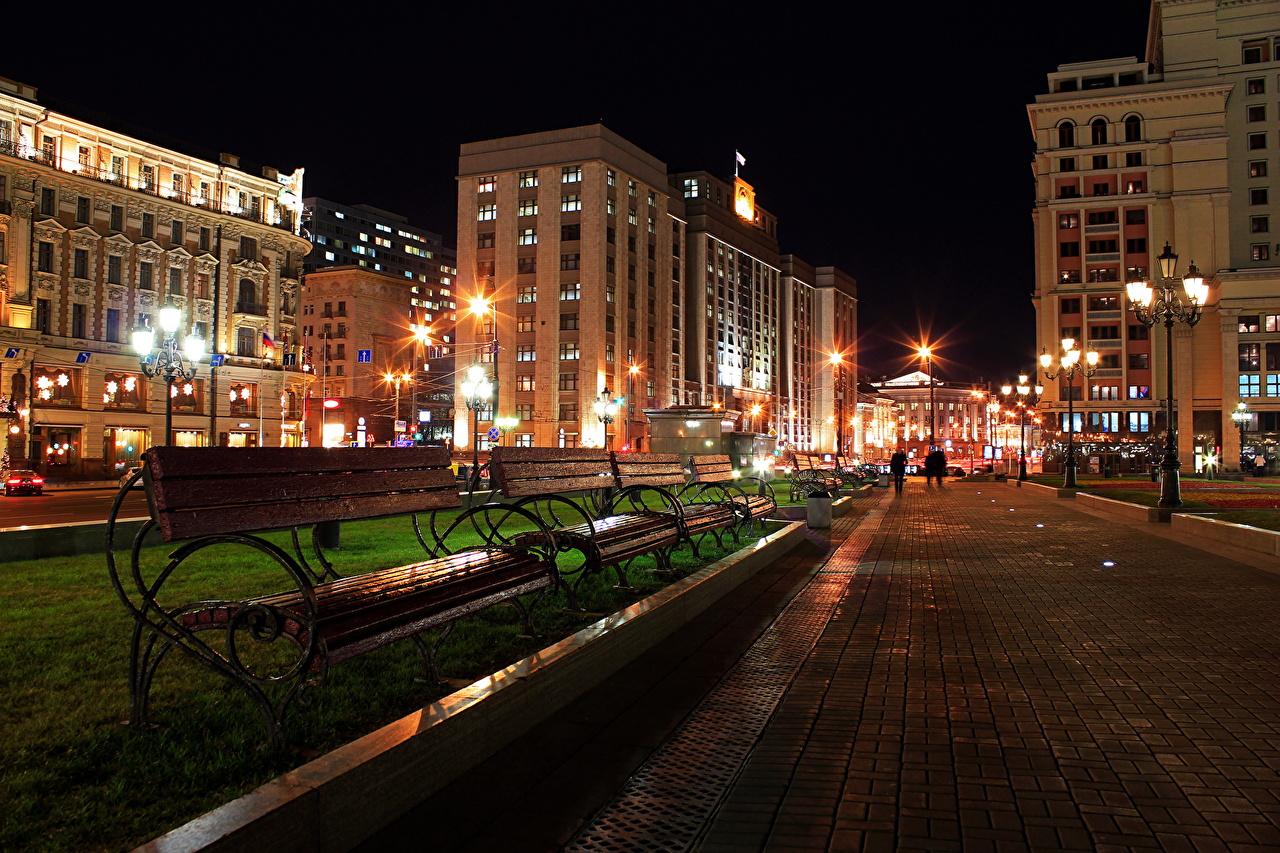 Обои для рабочего стола Москва Россия Моховая улиц в ночи Тротуар Скамейка город Улица улице Ночь ночью Ночные Скамья Города